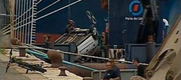 Carro esteve submerso durante várias horas
