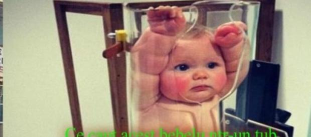 Ce caută acest bebeluş într-un tub de plastic?!