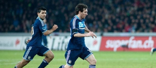 Messi lleva la pelota, acompaña Aguero