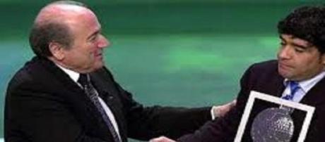 Un rigido Maradona premiato da Joseph Blatter