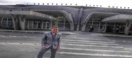 El cantante visitó el aeropuerto antes del show