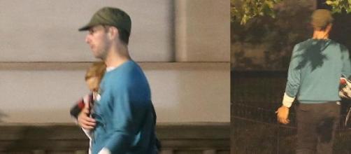 Chris Martin abraçado com Kylie Minogue