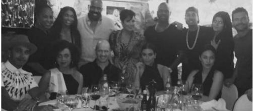 Lewis Hamilton à mesa com Kim Kardashian e família
