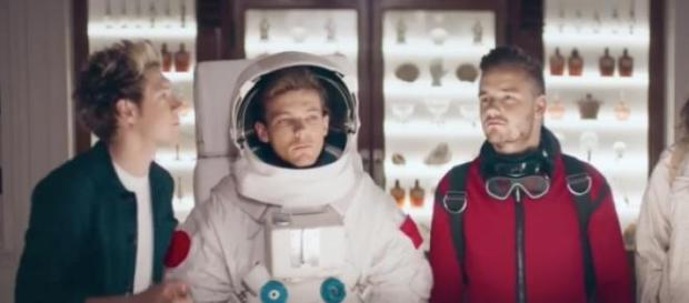 One Direction no anúncio do perfume 'Between Us'