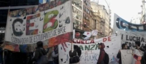 Estudiantes cortan Corrientes y Callao.