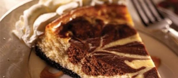 Cheesecake marmorizzata al cioccolato.