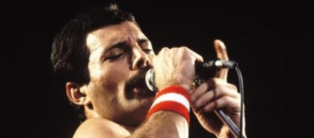 Freddie Mercury, vocalista da banda inglesa Queen.