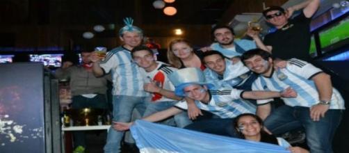 Argentinos alentando a la ´´albiceleste´´