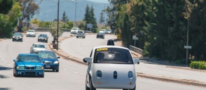 Imagem mostrando o carro auto-dirigível nas ruas de Mountain View na Califórnia. Esse protótipo já está nas ruas, mas ainda com um motorista dentro do carro preparado para qualquer emergência ou imprevisto.