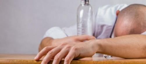 Ressaca um problema enorme para que ingere álcool.