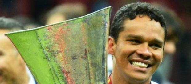 Carlos Bacca con el trofeo de la Europe League