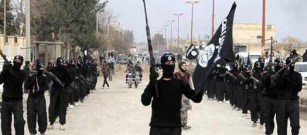 miliziani dell'ISIS in parata