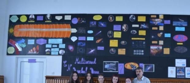 Panou despre cosmologie realizat de elevii deveni
