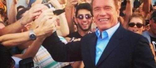 Arnold Schwarzenegger saluta i fans