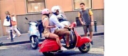 Emma Marrone e Fabio Borriello in Vespa a Napoli.