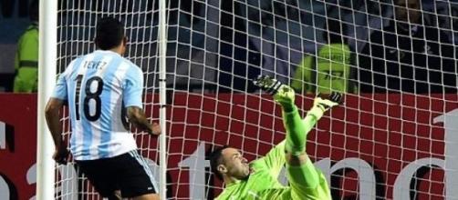 Tévez puso a Argentina en las semifinales