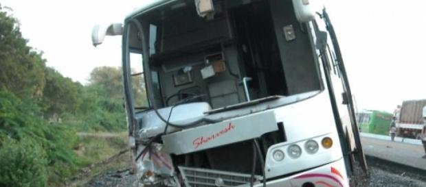 Autobús accidentado en una carretera