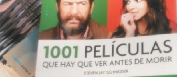 """Cartel de """"Ocho Apellidos Vascos"""" en un libro."""