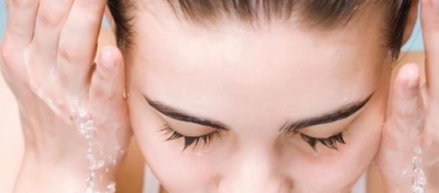Limpiar el rostro ayuda a mantener la piel joven