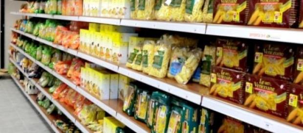 Un comune scaffale di un supermercato