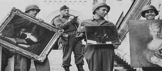 Soldados estadunidenses recuperando piezas de una mansión en Austria al termino de la Segunda Guerra Mundial. El ejercito nazi se encargó de saquear museos y colecciones privadas durante la guerra, muchas de esas obras no han sido recuperadas.