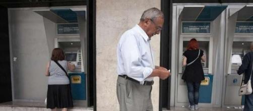 Ancora gente in coda ai bancomat in Grecia