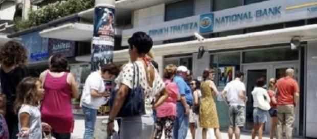 Cozi la bancomatele greceşti şi la benzinării