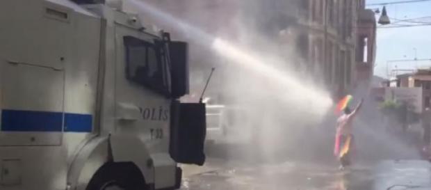La police a dispersé les manifestants pacifiques.