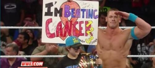 John Cena a homenagear a criança no ringue.