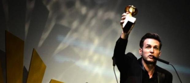 Axel levantando el Premio Gardel de Oro