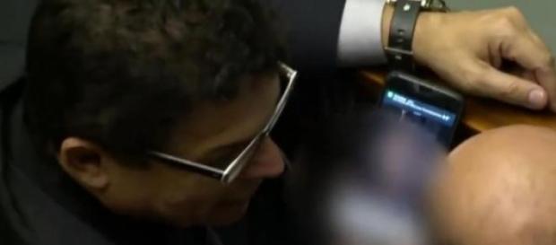 Il parlamentare che guarda il video