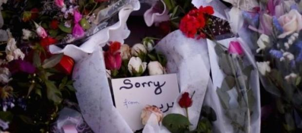 Fiori e un biglietto di scuse per le vittime