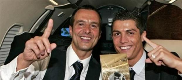 Jorge Mendes ao lado do 'maior' troféu que gere