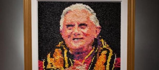 Obra de arte feita com 17 mil preservativos