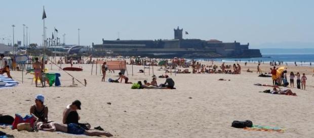 Praia de Carcavelos continua aberta ao público