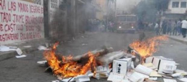 Des bulletins de vote sont brûlés à Oaxaca.