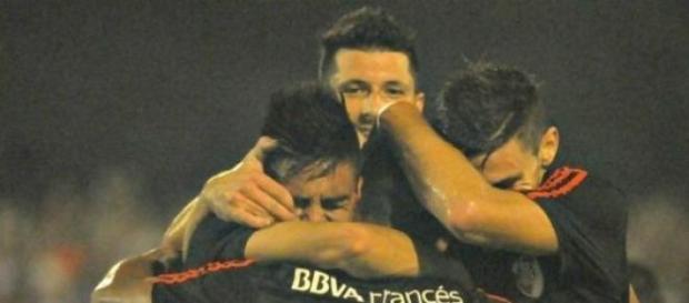 Todos abrazan al pibe Kaprof por su gol.