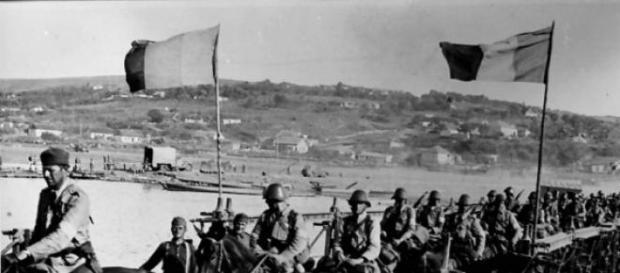 Armata română trecand un pod peste Nistru.