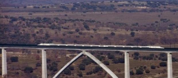 AVE por el Viaducto de Arroyo del Valle (Madrid).