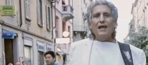 Cutugno, divertendosi, reinterpreta L'italiano