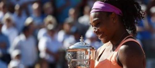 Serena recebe o troféu Suzanne Lenglen.