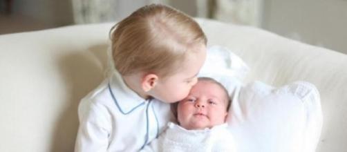Foto da princesa Charlotte e do príncipe George