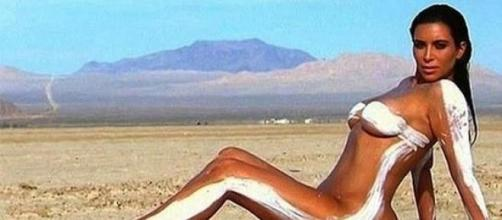 La celebrity Kim Kardashian posa como modelo