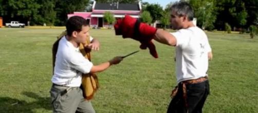 Esgrima criolla: pelea con poncho y facón