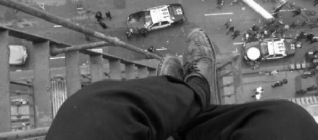 Un bărbat s-a aruncat de pe bloc