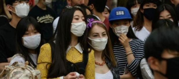 Jóvenes con barbijo en Corea.