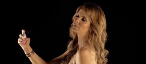 """Cristina Ferreira com o seu perfume, """"Meu""""."""