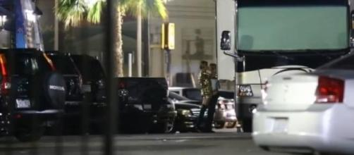 Miley e Stella estavam encostadas a um camião.