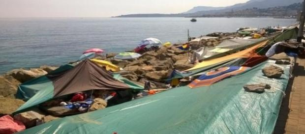 Los inmigrantes se alojan en la costa