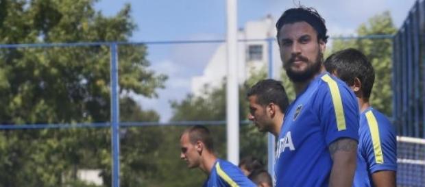 Osvaldo mira de reojo ofertas tras quedar libre